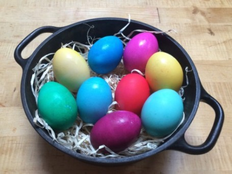 Eggs to Dye For